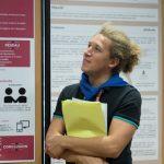 jeune interne regardant un panneau poster